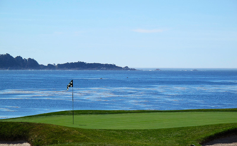 A golf course in San Diego that overlooks the blue ocean.