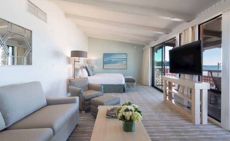 La Jolla Shores Hotel beachfront deluxe room living room, overlooking the ocean
