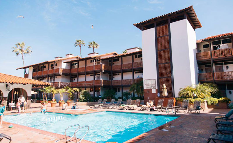 A familly enjoying the La Jolla Shores Hotel pool