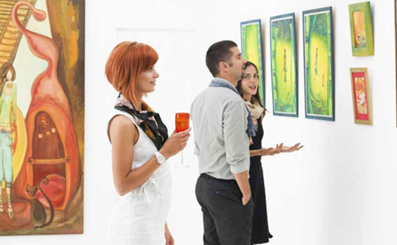 La Jolla Shores Hotel guests enjoying art and culture at one of the nearby locations