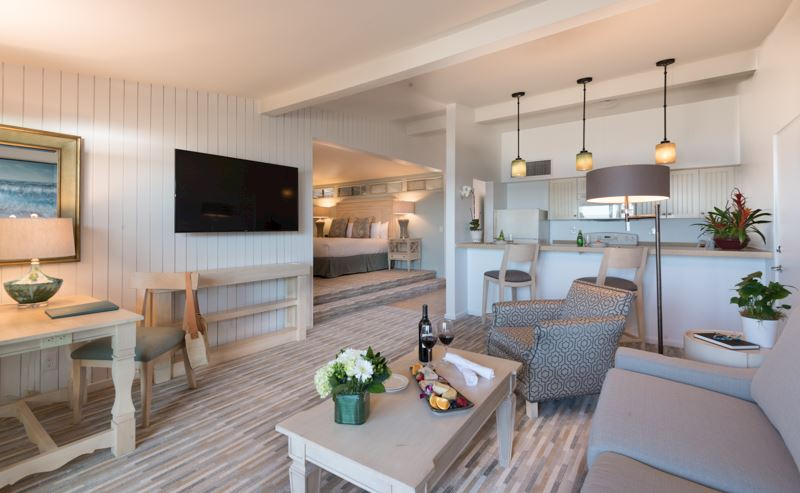 La Jolla Shores Hotel Beachfront Deluxe Room - living room area